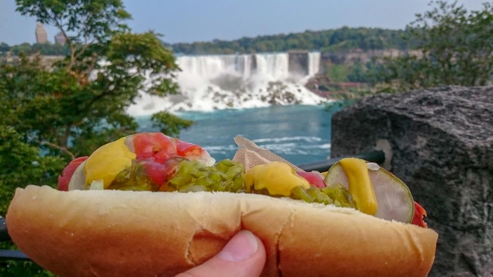 Hotdog-Essen an den Niagarafällen