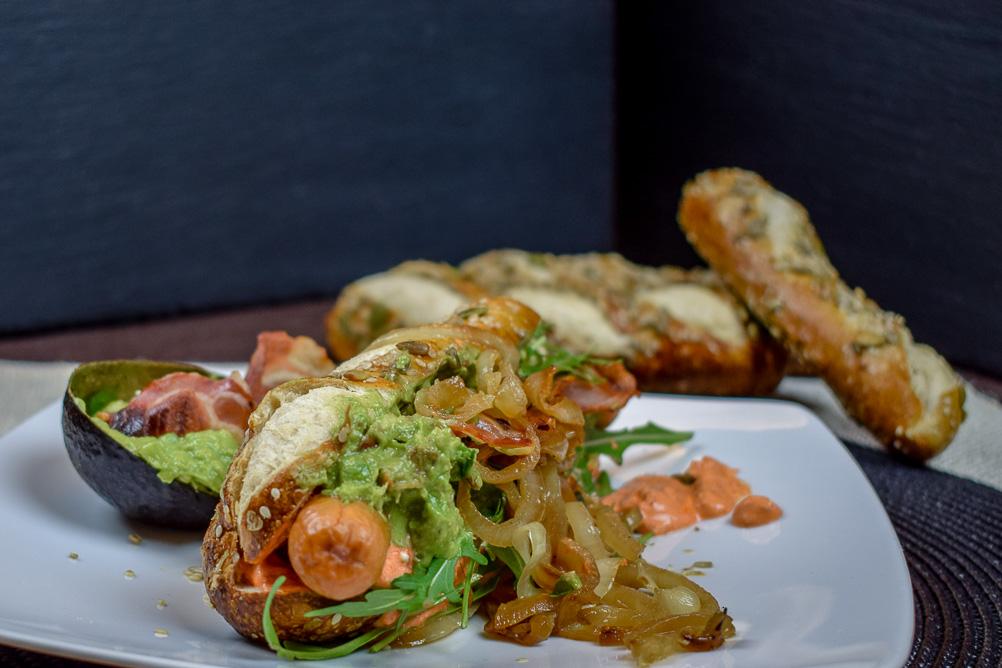 Paprika Ajvar, karamellisierte Zwiebeln und Rucola zum Hotdog