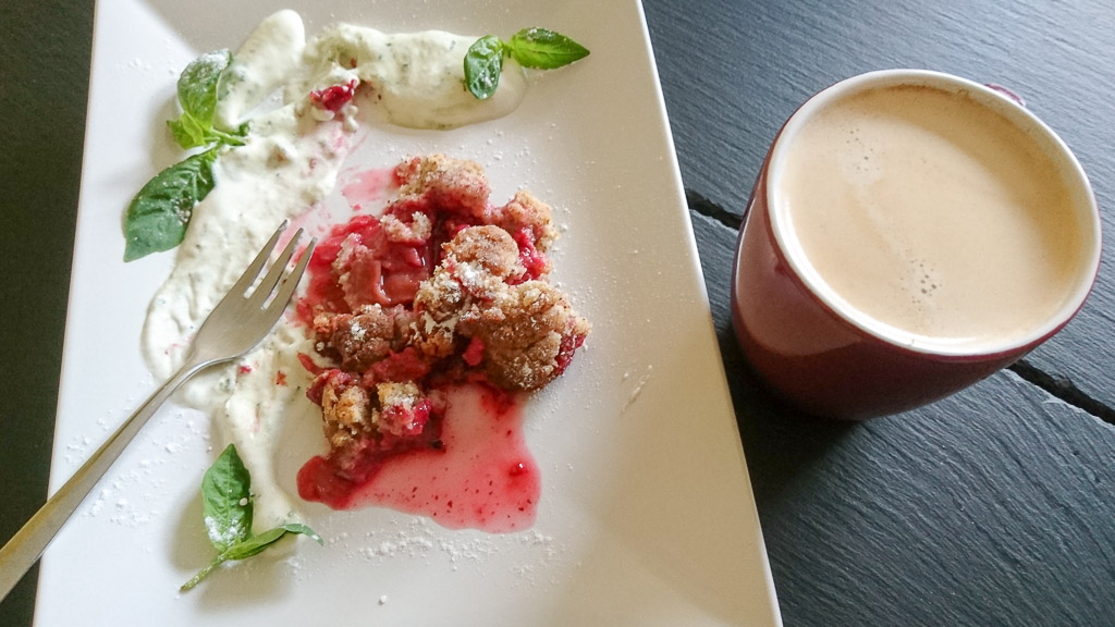 Rezept für Himbeer-Rhabarber-Crumble mit süßer Basilikum Sahne. Ein Crumble mit dem gewissen Etwas. Nachbacken, beeindrucken und zusammen genießen!