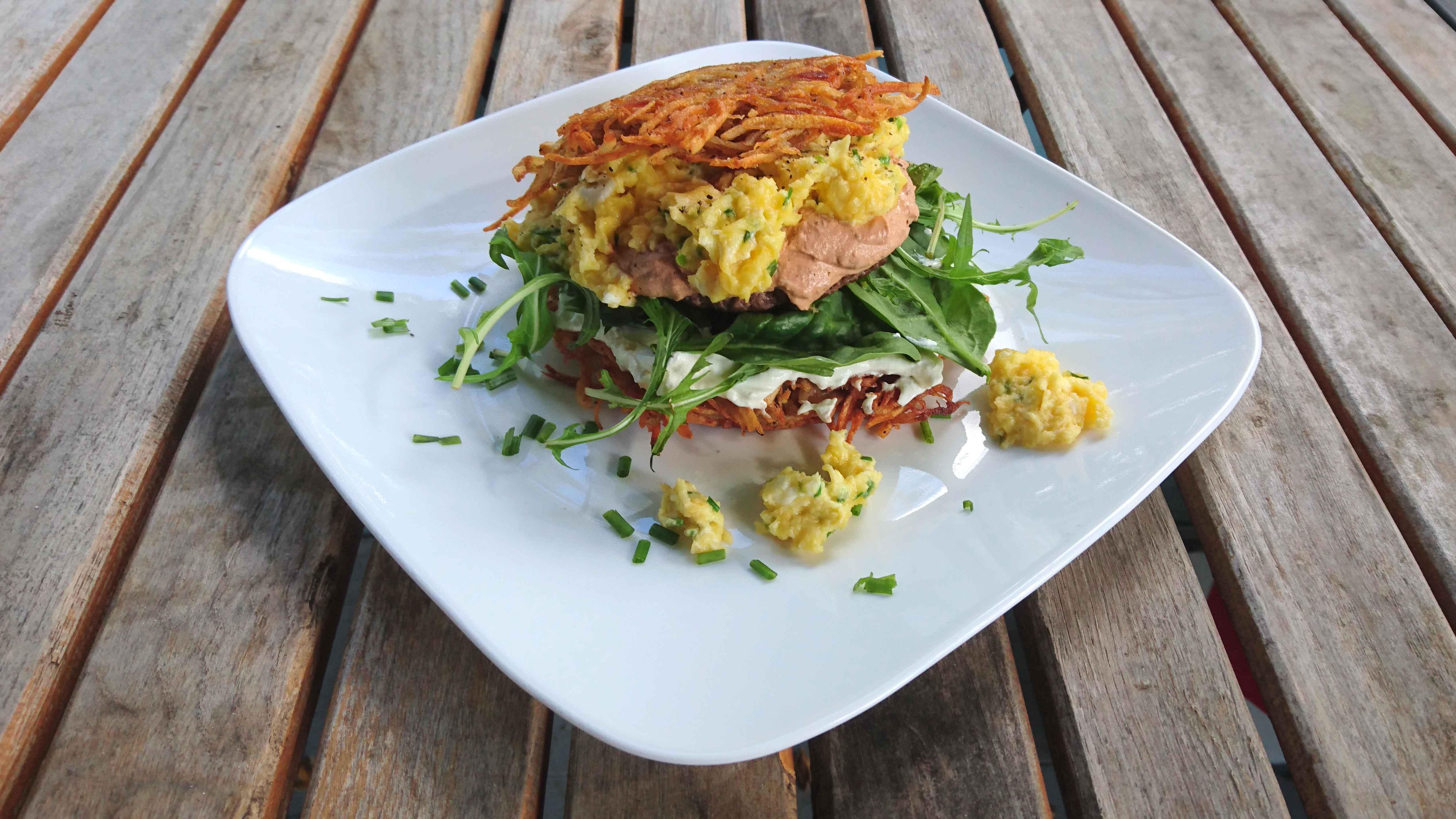 Frühstücks-Rösti mit Rührei und Rucola
