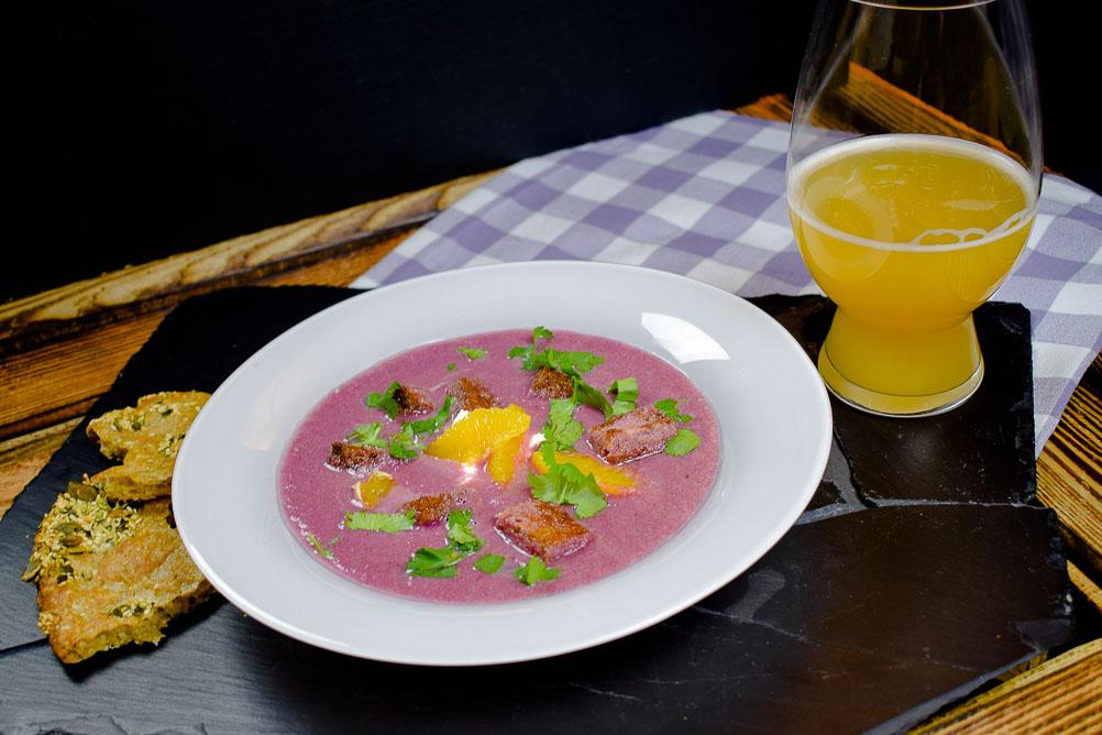 Fruchtige Rotkohlsuppe mit Zimtcroutons