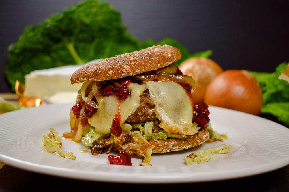 Winter-Burger mit Wirsing, Brie und Cranberries
