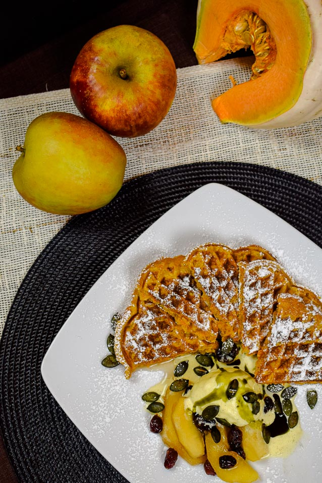 Kürbis-Waffeln mit Apfelkompott - Die Deluxe Variante mit Vanilleeis, gerösteten Kürbiskernen und Kürbiskernöl