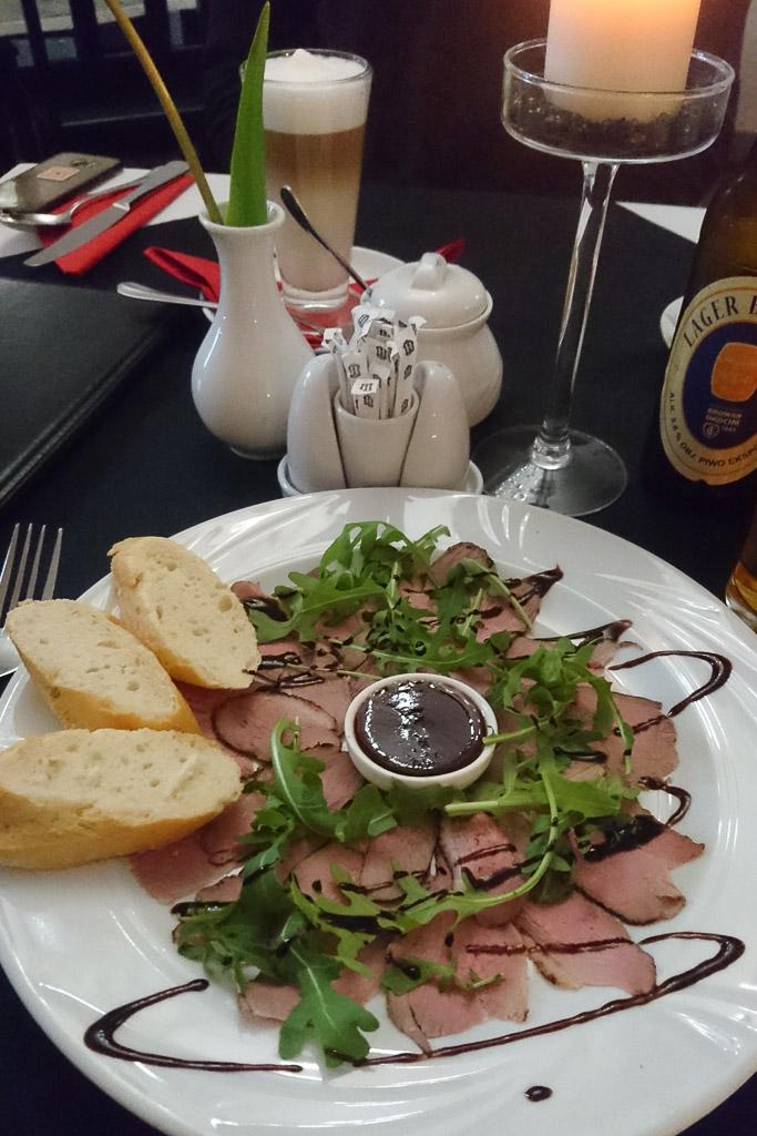 Carpaccio von der Ente mit Balsamico Reduktion und Erdbeer Chutney - Essen gehen in Krakau
