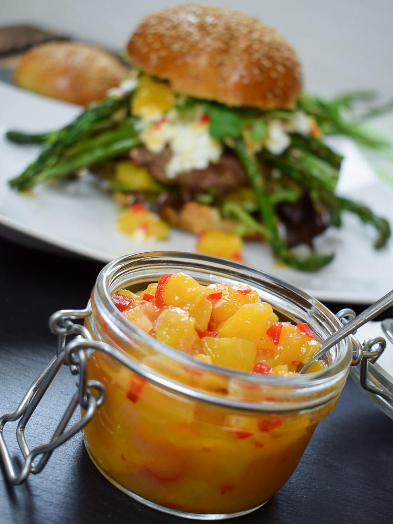 Spargel Burger mit Nektarinenchutney