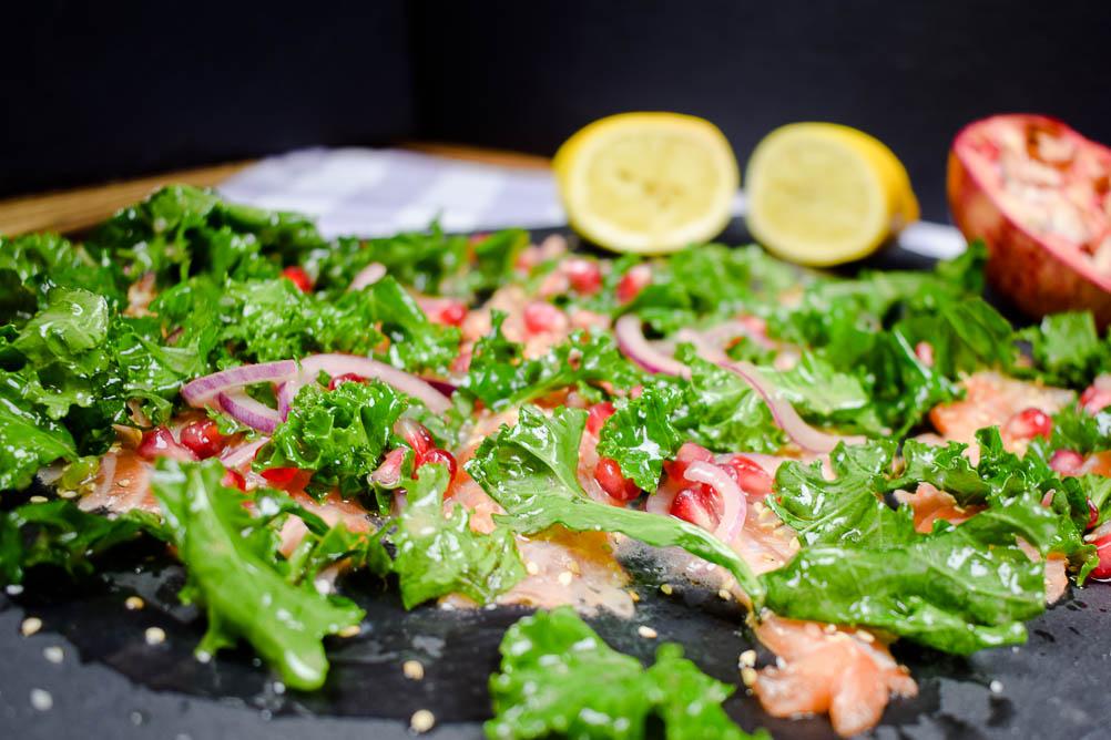 Lachs Sashimi mit Grünkohl und Granatapfel