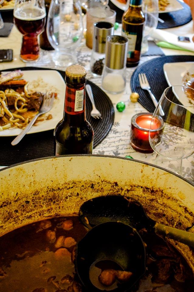 Hirschgulasch in Schwarzbiersauce mit Wurzelgemüse aus dem Ofen