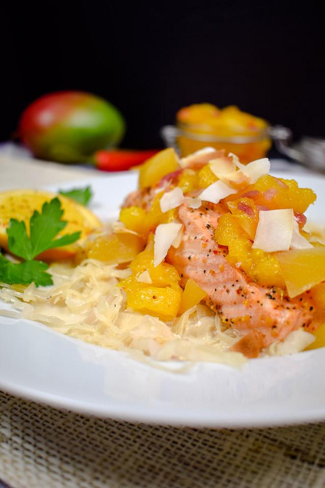 Lachs mit Mango Chutney auf süßem Sauerkraut