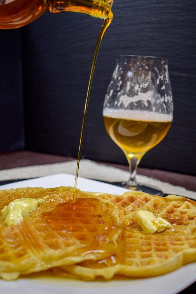 Bier-Waffeln - Amerikanische Art - mit guter Butter und Ahornsirup