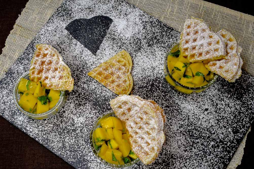 Bier-Waffeln mit Helles, milden Pils oder Kölsch im Teig - Dazu Mango-Kompott mit Koriander