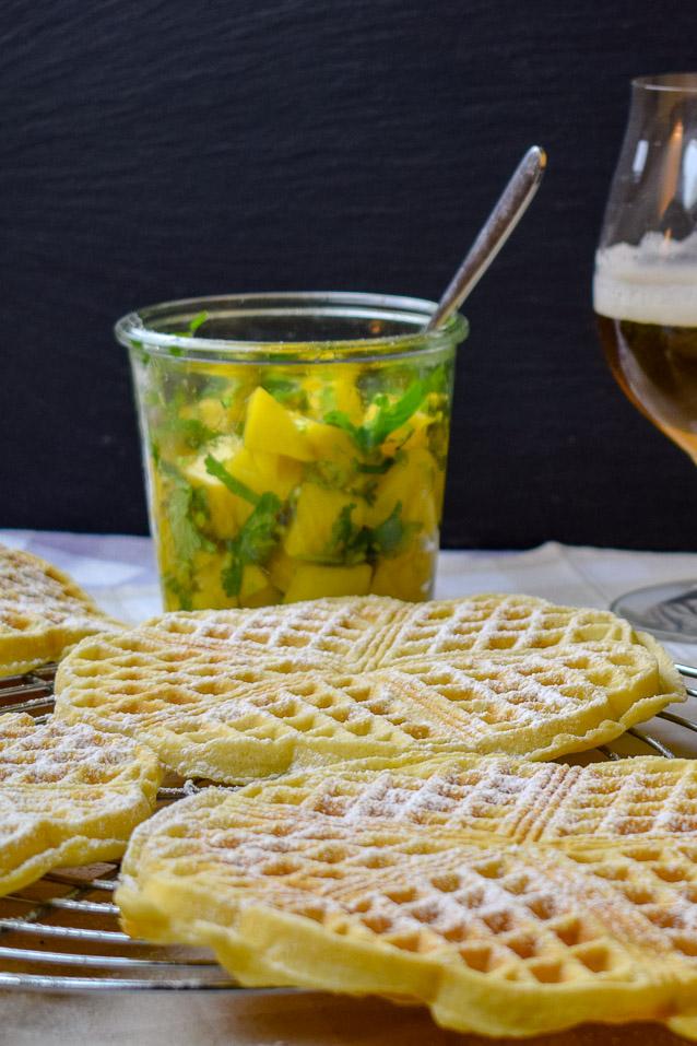 Bier-Waffeln mit Helles, milden Pils oder Kölsch im Teig dazu Mango-Kompott