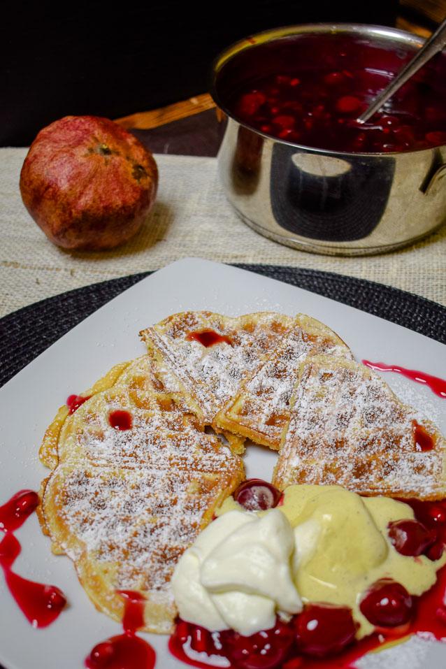 Heiße Kirschen werden verfeinert mit Granatapfelkernen