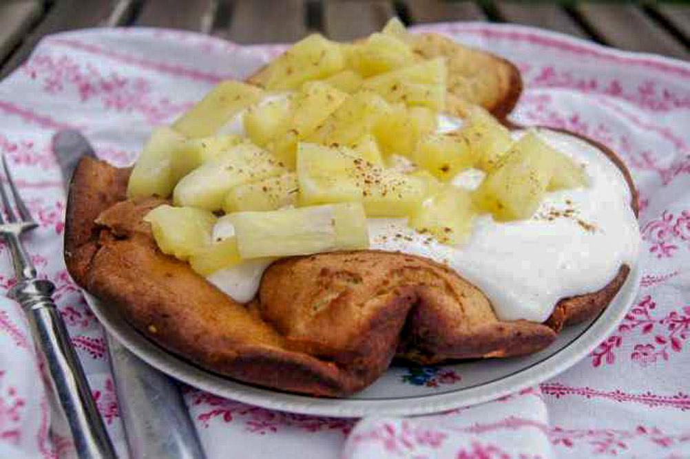 Erdnuss Dutch Baby mit Zimt-Quark und karamellisierter Ananas