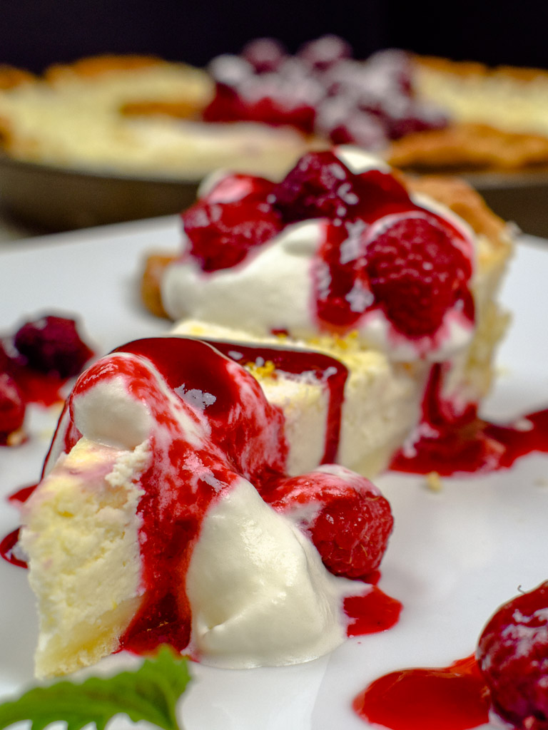 Cheesecake Pie mit heißen Himbeeren