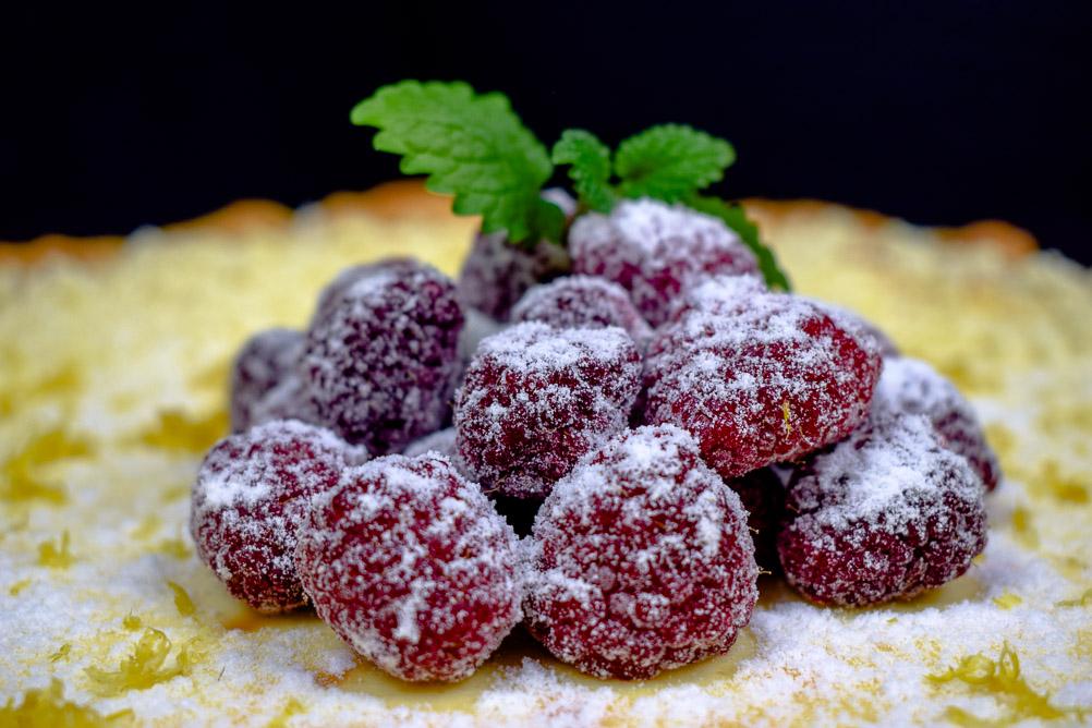 Cheesecake Pie mit heißen Himbeeren - weißer Schnee on top