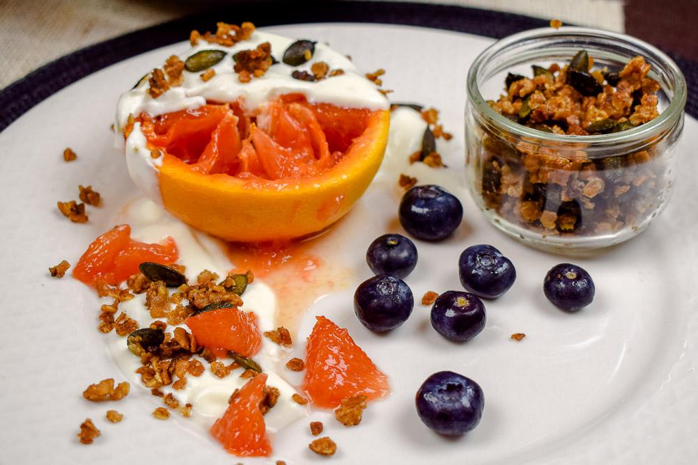 Karamellisierte Grapefruits aus dem Ofen mit Knuspermüsli