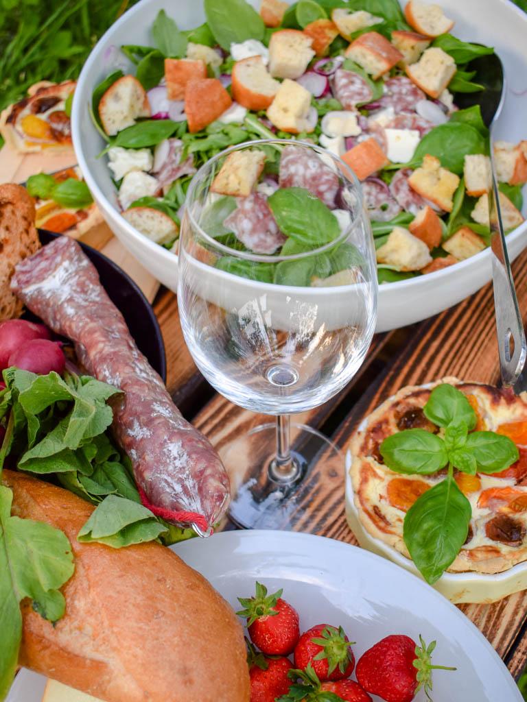Bunter Baguette-Salat mit Salami-Streifen