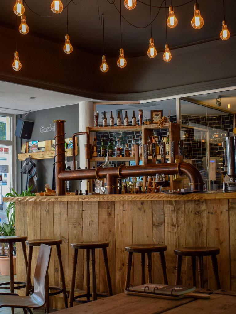Viel Naturholz im Brew-Pub der Finne Brauerei, Münster