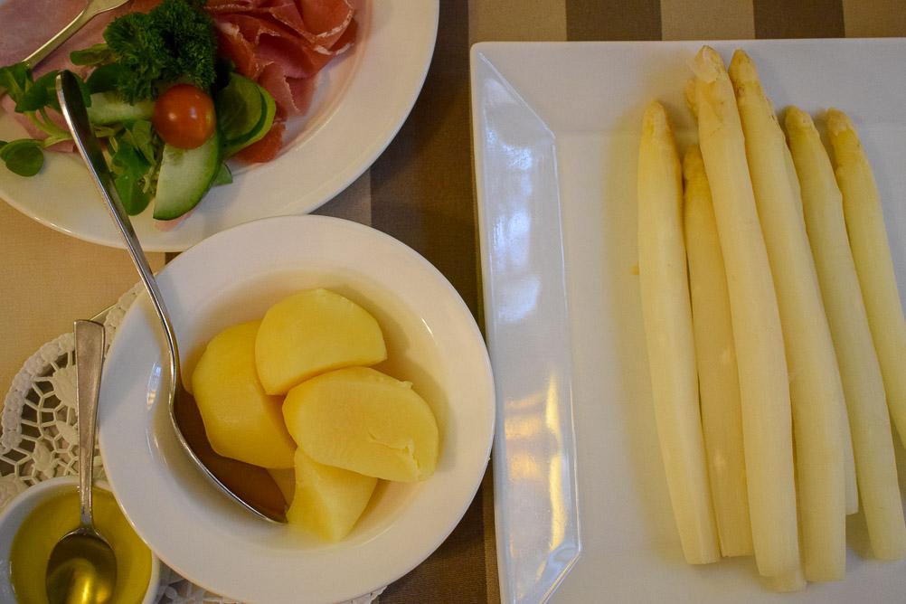 Spargel mit geschmolzener Butter, Kartoffeln und zweierlei Schinken