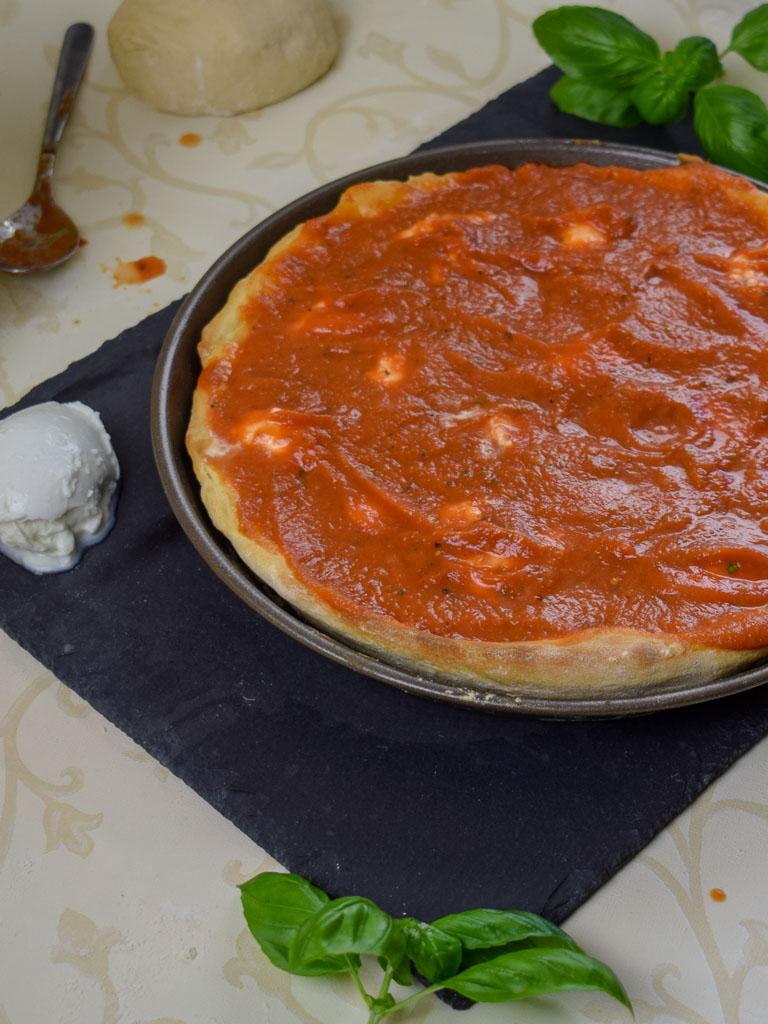 Deep Dish Pizza fertig belegt