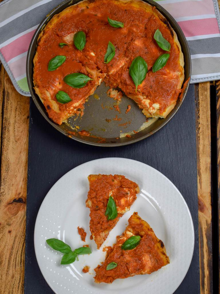 Deep Dish Pizza serviert