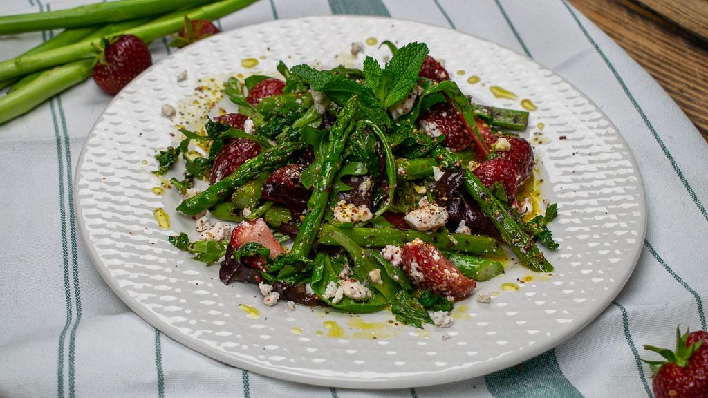 Leichter Frühlingssalat, Spargel-Erdbeeren-Salat mit gegrillten grünem Spargel, Fetakkäse und frischer Minze