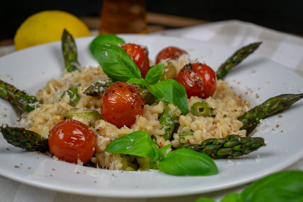 Spargel-Risotto mit Pale Ale, karamellisierten Cocktailtomaten, Basilikum, gegrillter grüner Spargel, Frühlingslauch