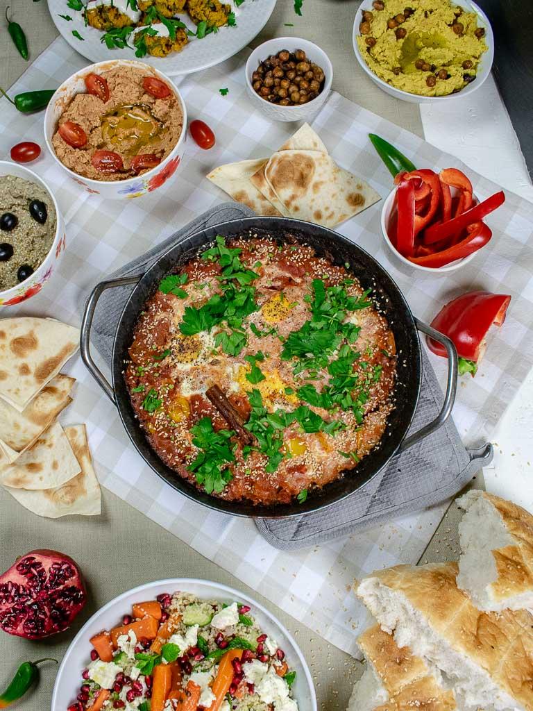 Gedeckte Tafel mit Gerichten der Levante Küche