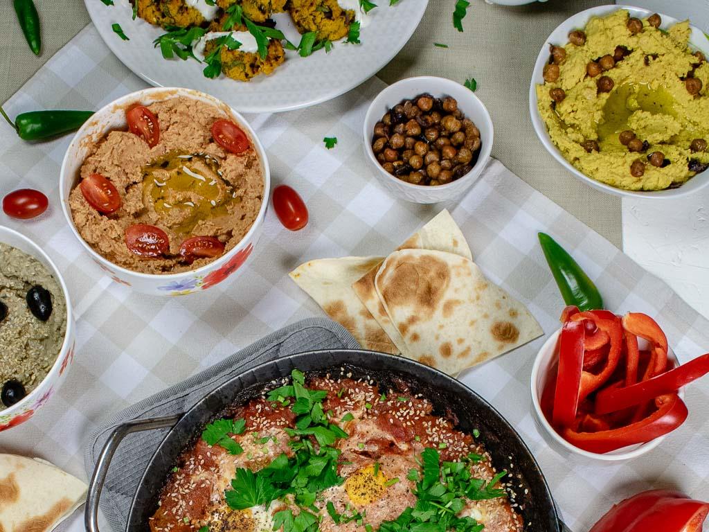 Gedeckte Tafel mit allerlei Gerichten aus der Levante Küche