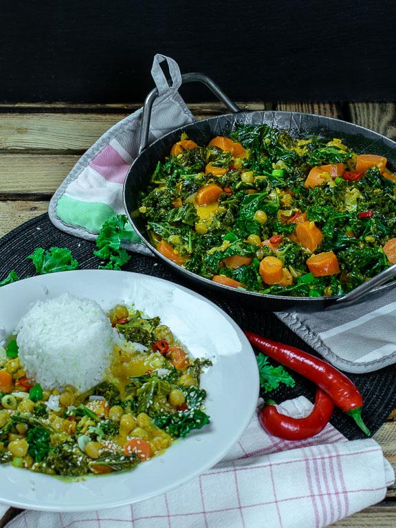 Grünkohl-Karotten-Curry in der Pfanne serviert mit Reis