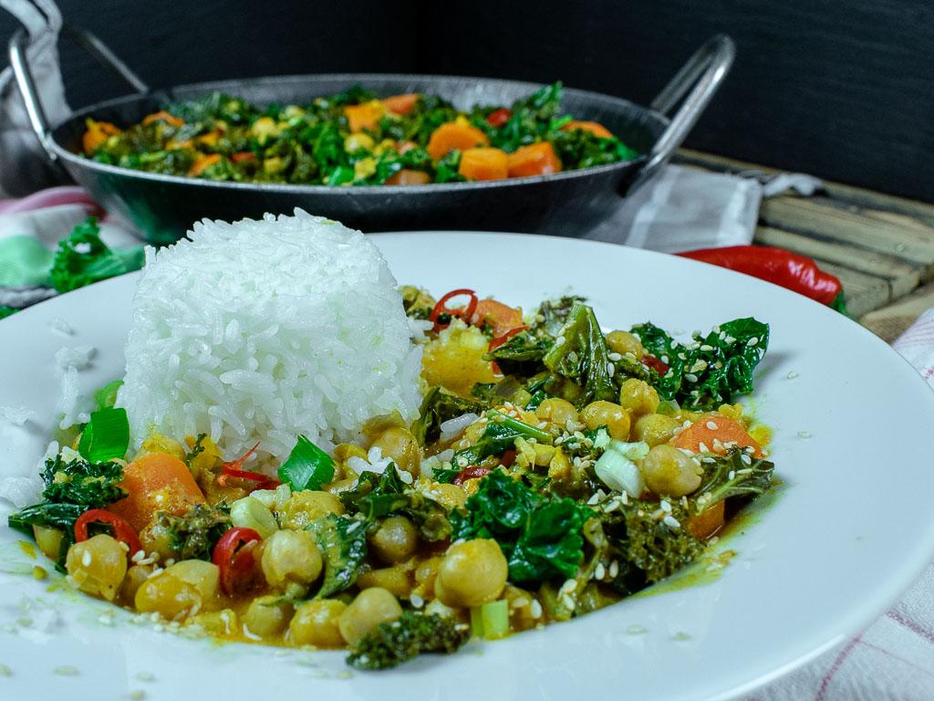 Grünkohl-Karotten-Curry mit Kichererbsen und Reis