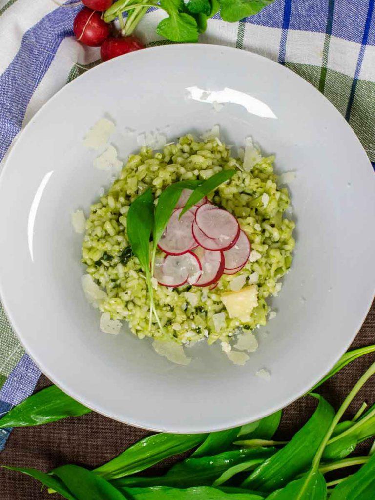 Serviervorschlag: Cremiges Risotto mit frischem Bärlauch