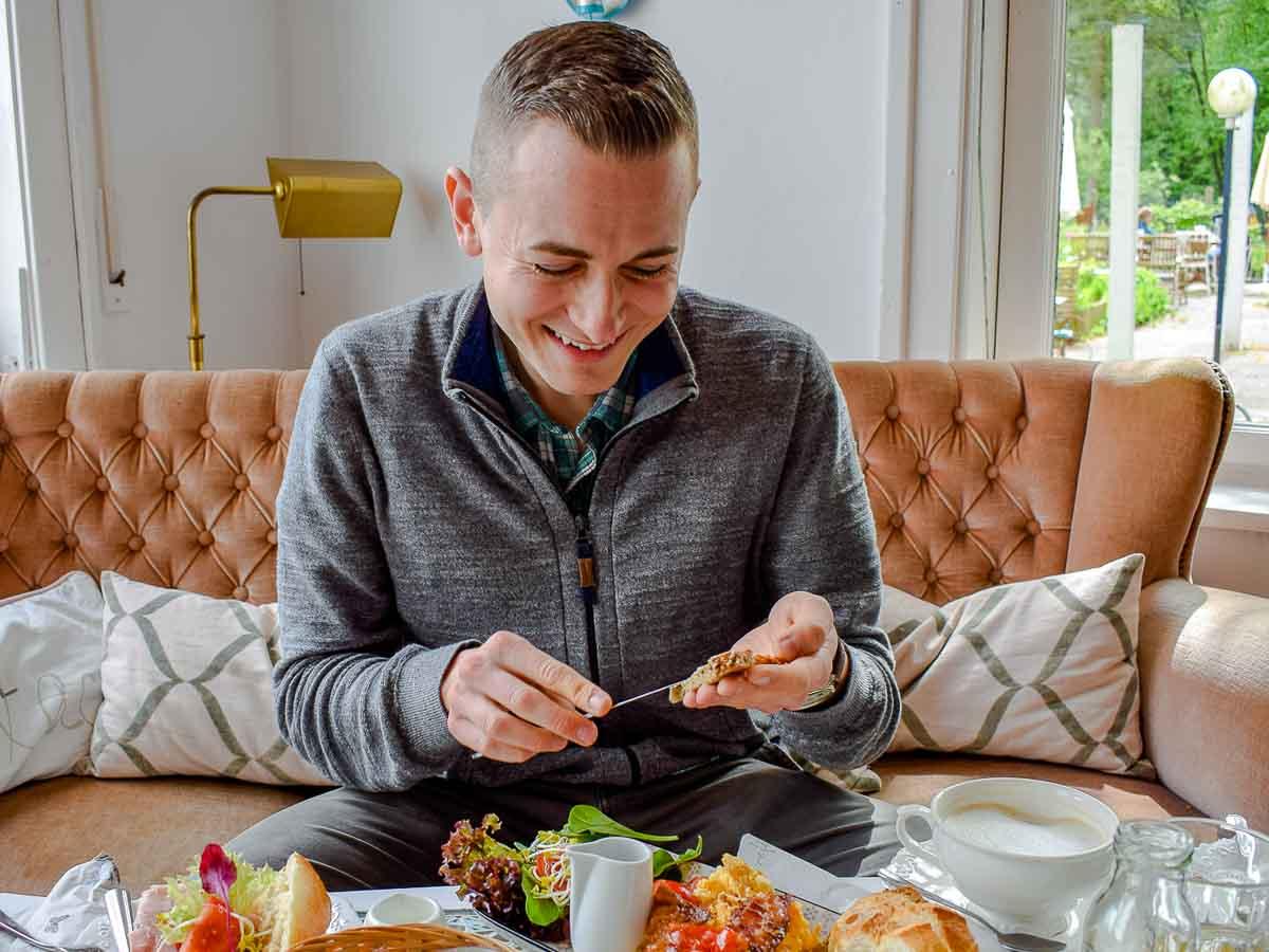 Frederik Schafmeister beim Frühstück