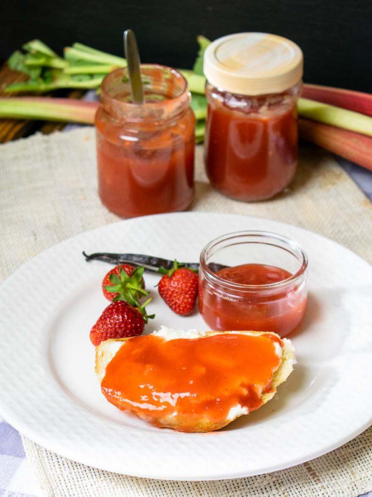 Serviervorschlag: Rhabarber-Erdbeer-Marmelade auf Quarkstuten mit Frischkäse